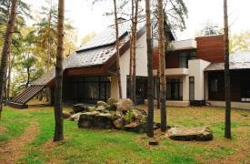 Современный дом в окружении природы