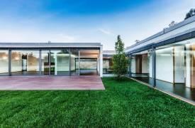 Прозрачный дом в минималистическом стиле