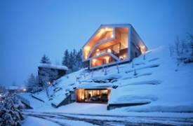Заснеженное шале в Швейцарских Альпах