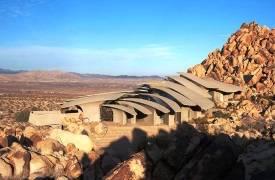 Фантастический дом в пустыне