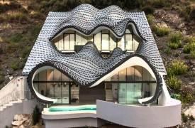 Дом-дракон на склоне утеса