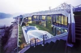 Ультрасовременный стеклянный дом на берегу реки Хань