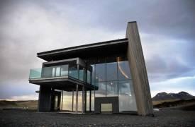 Стильный особняк на фоне исландской природы